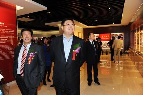 王玉春总裁陪同江山市长参观企业文化展厅